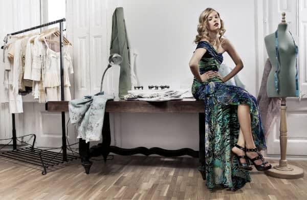 kobita w sukni na stole